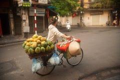 Χαρακτηριστικός πλανόδιος πωλητής στο Ανόι, Βιετνάμ Στοκ εικόνα με δικαίωμα ελεύθερης χρήσης