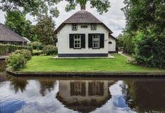 Χαρακτηριστικός το εξοχικό σπίτι με τον όμορφο κήπο κατά μήκος μιας τάφρου σε Giethoorn, γνωστό ως ολλανδική Βενετία Στοκ φωτογραφίες με δικαίωμα ελεύθερης χρήσης