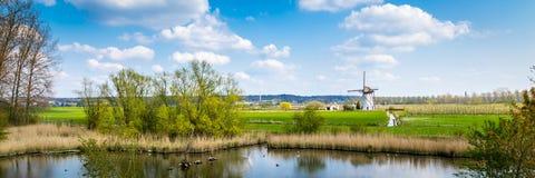 Χαρακτηριστικό άσπρο ολλανδικό τοπίο ανεμόμυλων στοκ φωτογραφία