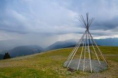 Χαρακτηριστικό αμερικανικό teepii στο λόφο πριν από τη θύελλα Στοκ Εικόνες
