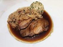 Χαρακτηριστικό αυστριακό τηγανισμένο sauerkraut κρέας πιάτων Στοκ Εικόνες