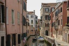 Χαρακτηριστικό γραφικό ρομαντικό ενετικό κανάλι - Βενετία, Ιταλία Στοκ εικόνα με δικαίωμα ελεύθερης χρήσης