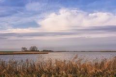 Χαρακτηριστικό επίπεδο ολλανδικό πόλντερ με τις τάφρους και τις λίμνες του Στοκ φωτογραφίες με δικαίωμα ελεύθερης χρήσης
