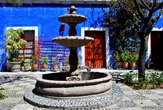 Χαρακτηριστικό ζωηρόχρωμο αποικιακό ύφος σε Arequipa στοκ εικόνα
