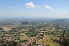 Χαρακτηριστικό ηλιόλουστο θερινό τοπίο της αγροτικής βόρειας Ιταλίας από το heig Στοκ Φωτογραφίες