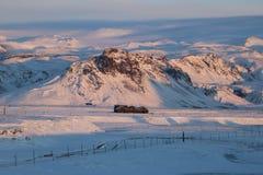 Χαρακτηριστικό ισλανδικό σπίτι διαβίωσης που χάνεται στο χιόνι Στοκ Εικόνες