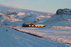 Χαρακτηριστικό ισλανδικό σπίτι διαβίωσης που χάνεται στο χιόνι Στοκ εικόνα με δικαίωμα ελεύθερης χρήσης