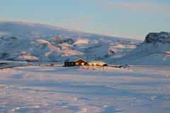 Χαρακτηριστικό ισλανδικό σπίτι διαβίωσης που χάνεται στο χιόνι Στοκ φωτογραφία με δικαίωμα ελεύθερης χρήσης
