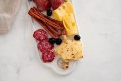 Χαρακτηριστικό ιταλικό antipasto, με το prosciutto, το ζαμπόν, το τυρί και τις ελιές στο άσπρο υπόβαθρο Τοπ άποψη με το διάστημα  Στοκ φωτογραφίες με δικαίωμα ελεύθερης χρήσης
