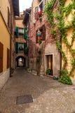 Χαρακτηριστικό ιταλικό προαύλιο, Ιταλία Στοκ εικόνα με δικαίωμα ελεύθερης χρήσης
