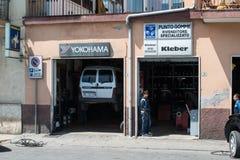 Χαρακτηριστικό μικρό ιταλικό γκαράζ Στοκ φωτογραφία με δικαίωμα ελεύθερης χρήσης