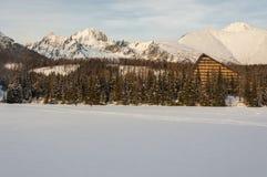 Χαρακτηριστικό ξενοδοχείο στο υψηλό Tatras πέρα από τον παγωμένο στρεπτόκοκκο λιμνών Στοκ φωτογραφία με δικαίωμα ελεύθερης χρήσης