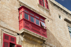 Χαρακτηριστικό ξύλινο μπαλκόνι στο παλαιό κτήριο στην πρωτεύουσα της Μάλτας, Vall Στοκ φωτογραφία με δικαίωμα ελεύθερης χρήσης
