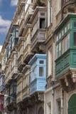Χαρακτηριστικό ξύλινο μπαλκόνι στο παλαιό κτήριο στην πρωτεύουσα της Μάλτας, Vall Στοκ Εικόνες