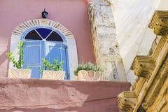 Χαρακτηριστικό παλαιό μοντέρνο μπαλκόνι με τις μπλε πόρτες Ελλάδα Κρήτη, βόρειο μέρος του νησιού Στοκ εικόνες με δικαίωμα ελεύθερης χρήσης