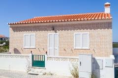 Χαρακτηριστικό πορτογαλικό σπίτι σε Arrifana Στοκ Φωτογραφία