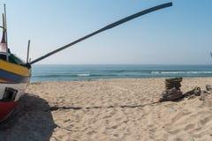 Χαρακτηριστικό πορτογαλικό παλαιό αλιευτικό σκάφος Xavega Arte στην παραλία μέσα Στοκ Εικόνες
