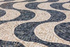 Χαρακτηριστικό πορτογαλικό calçada πεζοδρομίων κυβόλινθων χειροποίητο στο λι Στοκ Εικόνα