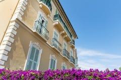 Χαρακτηριστικό πορτοκαλί κτήριο με τα λουλούδια bougainvilleas στο Μονακό, Γαλλία Στοκ Εικόνες