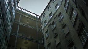χαρακτηριστικό προαύλιο σε ένα από το κλασσικό κατοικημένο κτήριο στη Βουδαπέστη, Ουγγαρία στοκ εικόνες