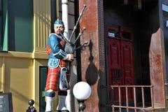 Χαρακτηριστικό σκωτσέζικο άγαλμα ενός αρσενικού αριθμού στην παραδοσιακή σκωτσέζικη φούστα ενδυμάτων που παίζει το bagpipe στοκ εικόνες