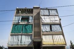 Χαρακτηριστικό σπίτι στη Βηρυττό με τις κουρτίνες μπροστά από το μπαλκόνι, Λίβανος Στοκ εικόνες με δικαίωμα ελεύθερης χρήσης
