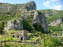 Χαρακτηριστικό τοπίο της ακτής της Αμάλφης με τα βουνά και τη μεσογειακή φύση Νότος της Ιταλίας στοκ εικόνα