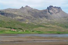 Χαρακτηριστικό τοπίο της Ισλανδίας με τα αγροκτήματα στοκ εικόνες