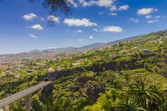 Χαρακτηριστικό τοπίο της Πορτογαλίας νησιών της Μαδέρας, άποψη πανοράματος πόλεων του Φουνκάλ από το βοτανικό κήπο, ευρεία γωνία Στοκ φωτογραφίες με δικαίωμα ελεύθερης χρήσης