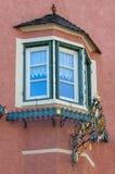Χαρακτηριστικό τυρολέζικο παράθυρο στη βόρεια Ιταλία Τύρολο Στοκ φωτογραφία με δικαίωμα ελεύθερης χρήσης