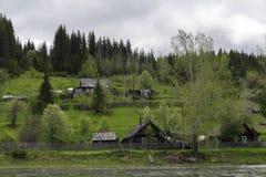 Χαρακτηριστικό χωριό Ural στον ποταμό στοκ φωτογραφία με δικαίωμα ελεύθερης χρήσης