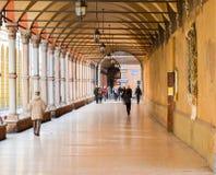 Χαρακτηριστικό arcades της Μπολόνιας, Αιμιλία-Romana περιοχή, Ιταλία 26 ΦΕΒΡΟΥΑΡΊΟΥ 2016 Στοκ Εικόνες