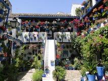 Χαρακτηριστικό patio Cordovan, που διακοσμείται το μήνα Μαΐου στοκ φωτογραφία