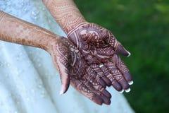 Χαρασμένα henna χέρια νυφών Στοκ φωτογραφίες με δικαίωμα ελεύθερης χρήσης