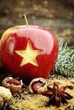 Χαρασμένο κινηματογράφηση σε πρώτο πλάνο αστέρι στα κόκκινα Χριστούγεννα Apple Στοκ εικόνα με δικαίωμα ελεύθερης χρήσης