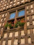 Χαρασμένο ξύλινο παράθυρο με την Fleur-de-Lis Arreau Γαλλία Στοκ εικόνες με δικαίωμα ελεύθερης χρήσης