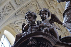 Χαρασμένο ξύλο γλυπτό δύο αγγέλων Στοκ εικόνες με δικαίωμα ελεύθερης χρήσης