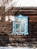 χαρασμένο παράθυρο στον ξύλινο τοίχο του παλαιού αγροτικού σπιτιού Στοκ Εικόνα