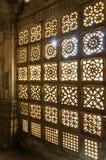Χαρασμένο σχέδιο καγκέλων πετρών στο μουσουλμανικό τέμενος Sarkhej Roza στο Ahmedabad Στοκ Φωτογραφία
