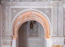 Χαρασμένο Arabesque ασβεστοκονίαμα επάνω από μια αψίδα σε ένα μαροκινό medersa Στοκ Εικόνα