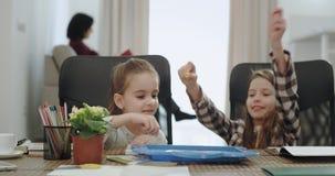 Χαρισματικές και αστείες δύο αδελφές που παίζουν μαζί στο επιτραπέζιο παιχνίδι ενώ ο χρόνος εξόδων μητέρων της με το γιο της που  φιλμ μικρού μήκους