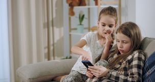 Χαρισματικές και όμορφες δύο αδελφές κινηματογραφήσεων σε πρώτο πλάν απόθεμα βίντεο