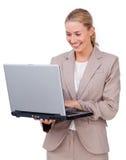 Χαρισματική επιχειρηματίας που χρησιμοποιεί ένα lap-top Στοκ Φωτογραφία