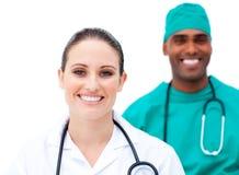Χαρισματικοί γιατροί που στέκονται σε μια σειρά Στοκ Εικόνες