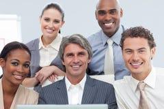 Χαρισματικοί διεθνείς επιχειρηματίες στοκ εικόνες με δικαίωμα ελεύθερης χρήσης