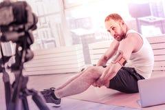 Χαρισματικός αθλητισμός blogger που εξετάζει τη κάμερα εκπαιδευτικός στο σπίτι στοκ εικόνα με δικαίωμα ελεύθερης χρήσης