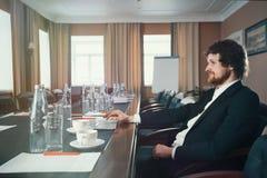 Χαρισματικός επιχειρηματίας σε ένα κοστούμι στοκ φωτογραφία με δικαίωμα ελεύθερης χρήσης
