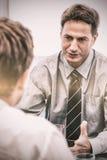 Χαρισματικός διευθυντής κατά τη διάρκεια μιας συνεδρίασης με έναν υπάλληλο στοκ εικόνες με δικαίωμα ελεύθερης χρήσης