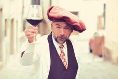 Χαρισματικός καλλιεργητής κρασιού με το ποτήρι του κρασιού στοκ φωτογραφίες με δικαίωμα ελεύθερης χρήσης