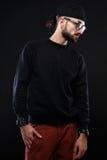 Χαρισματικός τύπος σε ένα μαύρο πουλόβερ, συγκινήσεις στοκ εικόνα
